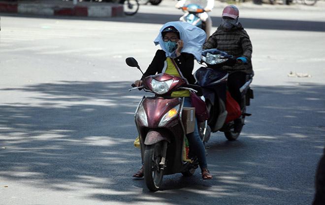 """Người Hà Nội """"cố thủ"""" trong nhà trốn nắng, phố phường vắng hoe - 1"""