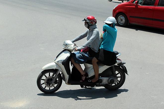 """Người Hà Nội """"cố thủ"""" trong nhà trốn nắng, phố phường vắng hoe - 2"""
