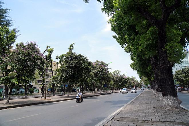 """Người Hà Nội """"cố thủ"""" trong nhà trốn nắng, phố phường vắng hoe - 5"""