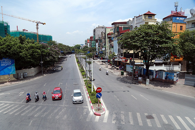 """Người Hà Nội """"cố thủ"""" trong nhà trốn nắng, phố phường vắng hoe - 4"""
