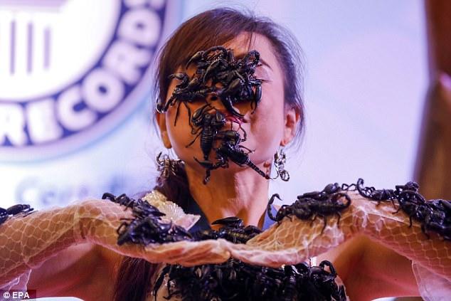 Cô gái Thái Lan để chục con bọ cạp cực độc bò trên mặt - 2