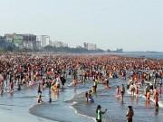 Tin tức trong ngày - Người dân bỏ nhà, ùn ùn lên rừng, xuống biển trốn nắng nóng