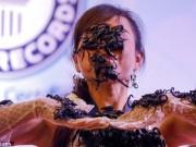 Phi thường - kỳ quặc - Cô gái Thái Lan để chục con bọ cạp cực độc bò trên mặt