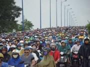 Tin tức trong ngày - Xe đầu kéo lao qua đường, xa lộ Hà Nội kẹt cứng lúc mưa