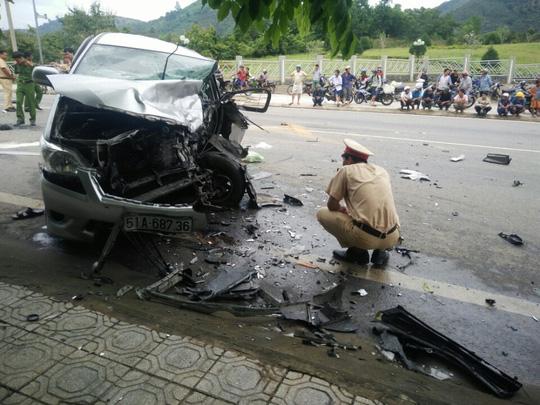 Hai ô tô đối đầu kinh hoàng, hành khách văng ra đường - 1