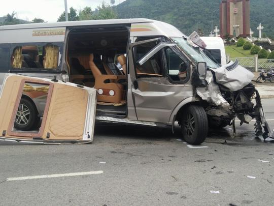 Hai ô tô đối đầu kinh hoàng, hành khách văng ra đường - 2
