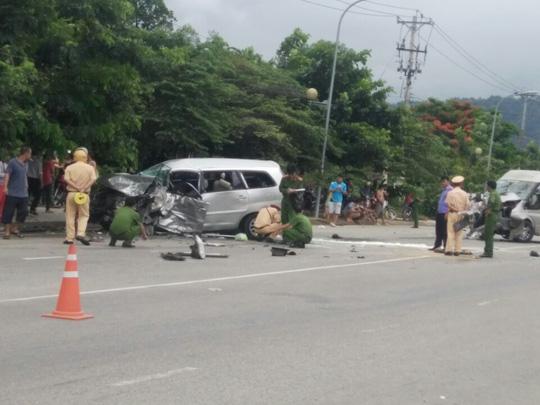 Hai ô tô đối đầu kinh hoàng, hành khách văng ra đường - 4