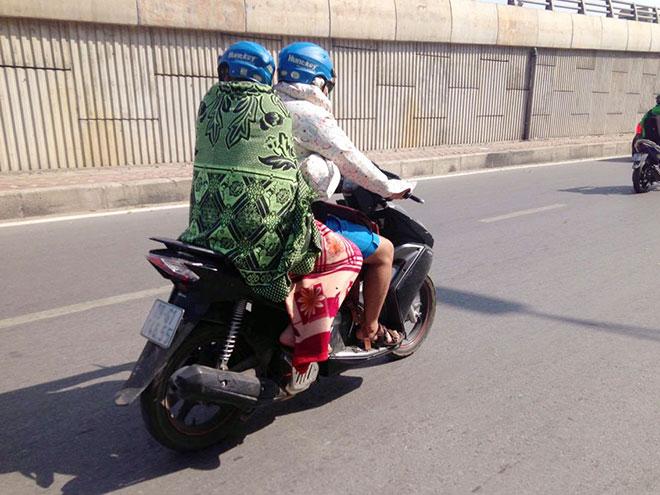 Nắng nóng cực độ khiến đàn ông ra đường cũng phải mặc váy - 7