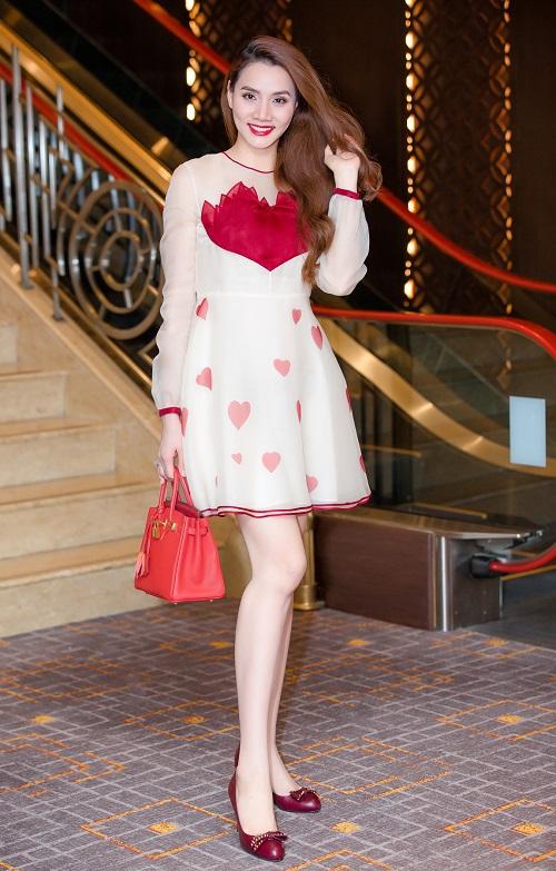"""Bóc giá váy áo hàng hiệu """"nâng tầm đẳng cấp"""" của Trang Nhung - 1"""