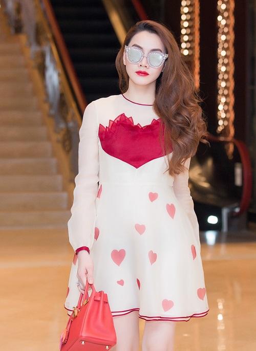 """Bóc giá váy áo hàng hiệu """"nâng tầm đẳng cấp"""" của Trang Nhung - 3"""