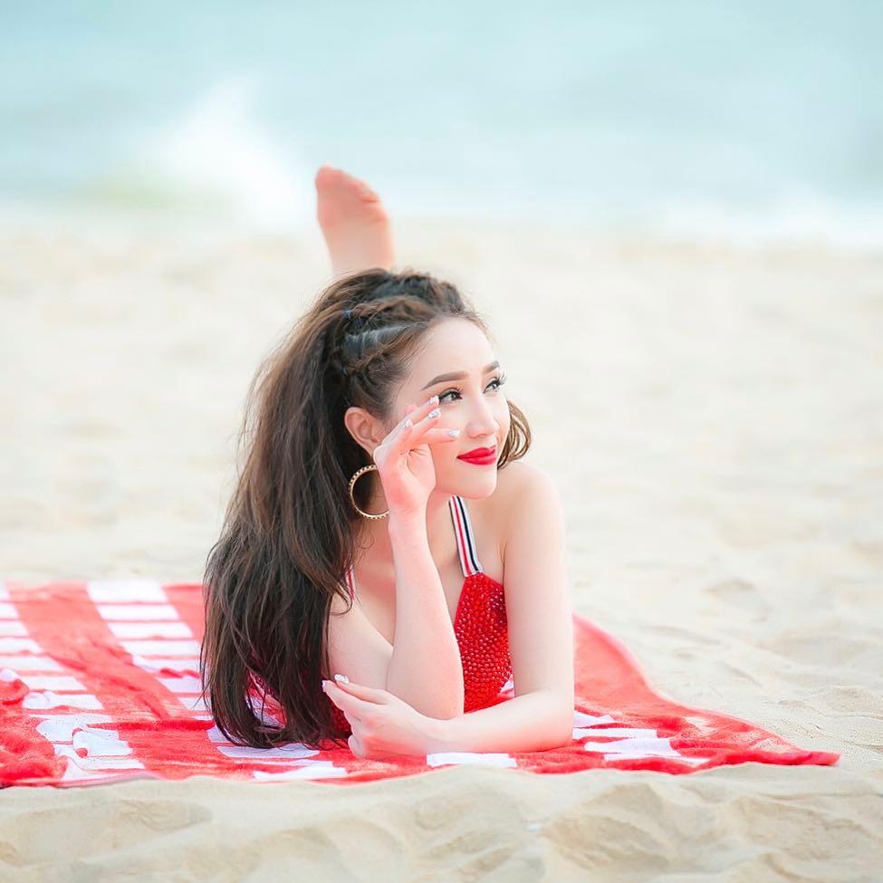 """Bảo Thy mặc bikini nhảy nhót giỡn sóng khiến anh em muốn """"phi ra biển"""" - 4"""