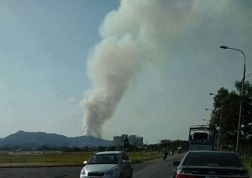 HN: Cháy lớn rừng phòng hộ Sóc Sơn, huy động 2000 người dập lửa - 1