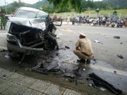 Tin tức trong ngày - Hai ô tô đối đầu kinh hoàng, hành khách văng ra đường