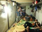 """Giữa  """" chảo lửa """"  HN, người dân vẫn đắp chăn ngủ ở phòng trọ siêu rẻ"""