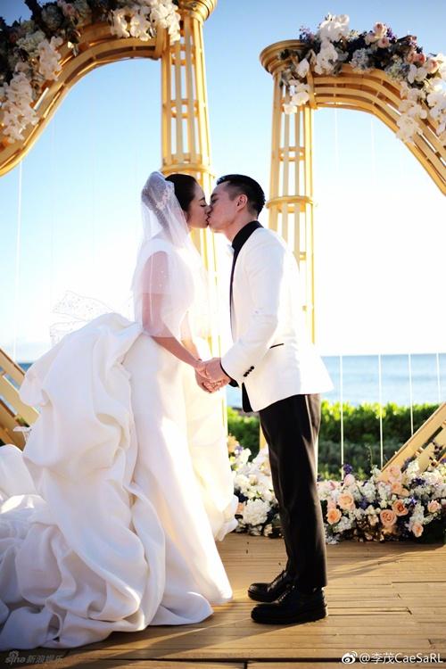 Mỹ nữ Tây Du Ký say đắm hôn tỷ phú USD trong lễ cưới chính thức - 1
