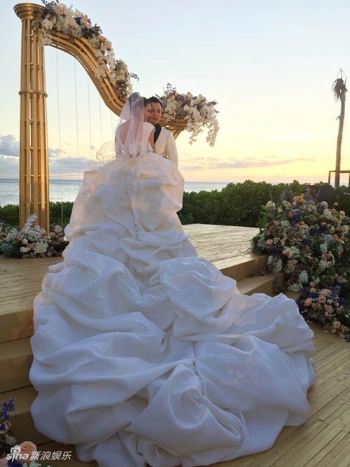 Mỹ nữ Tây Du Ký say đắm hôn tỷ phú USD trong lễ cưới chính thức - 4