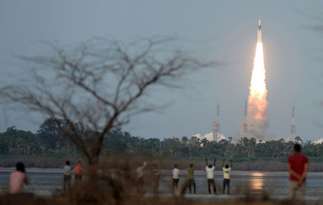 """Ấn Độ phóng tên lửa """"quái vật"""", nặng bằng 200 con voi - 1"""