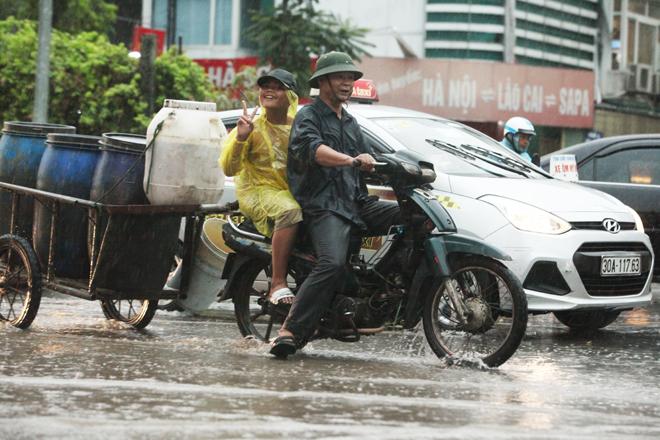 """Ảnh: Người Hà Nội sung sướng đi dưới """"mưa vàng"""" - 3"""