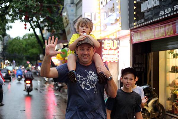 """Ảnh: Người Hà Nội sung sướng đi dưới """"mưa vàng"""" - 14"""