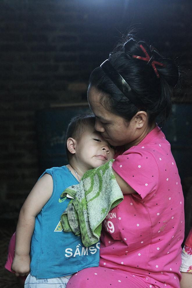 Cảm động mẹ cụt tay, khèo chân chăm con nhỏ ở Hà Nội - 3
