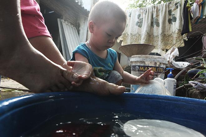 Cảm động mẹ cụt tay, khèo chân chăm con nhỏ ở Hà Nội - 6