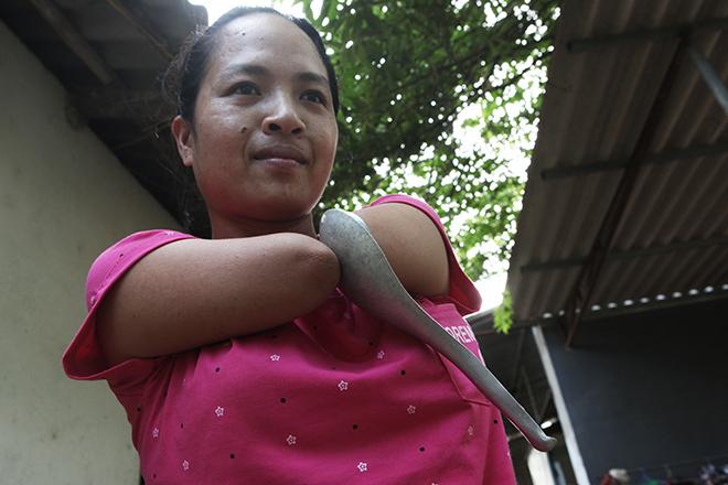 Cảm động mẹ cụt tay, khèo chân chăm con nhỏ ở Hà Nội - 4