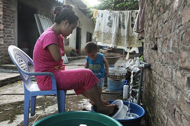 Cảm động mẹ cụt tay, khèo chân chăm con nhỏ ở Hà Nội - 5