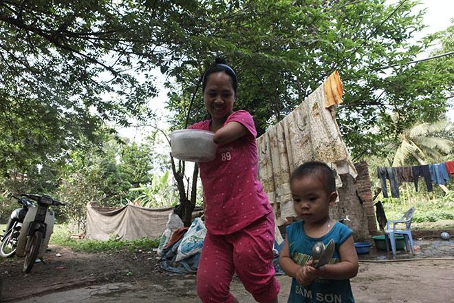 Cảm động mẹ cụt tay, khèo chân chăm con nhỏ ở Hà Nội - 8