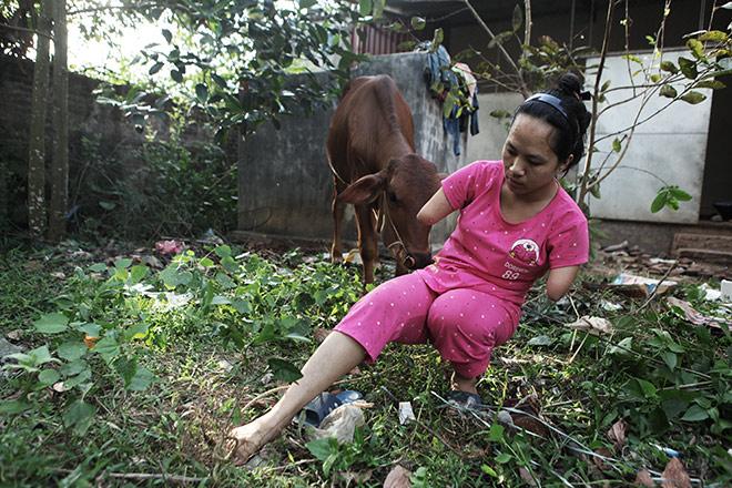 Cảm động mẹ cụt tay, khèo chân chăm con nhỏ ở Hà Nội - 12