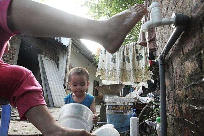 Cảm động mẹ cụt tay, khèo chân chăm con nhỏ ở Hà Nội - 7