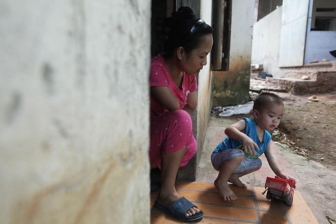 Cảm động mẹ cụt tay, khèo chân chăm con nhỏ ở Hà Nội - 14
