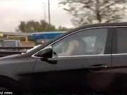 """Phi thường - kỳ quặc - Cặp đôi vừa làm """"chuyện ấy"""" vừa phóng xe trên cao tốc"""