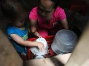Cảm động mẹ cụt tay, khèo chân chăm con nhỏ ở Hà Nội