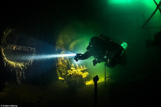 """""""Nín thở"""" đột nhập xác tàu đắm dưới đáy biển sâu - 1"""
