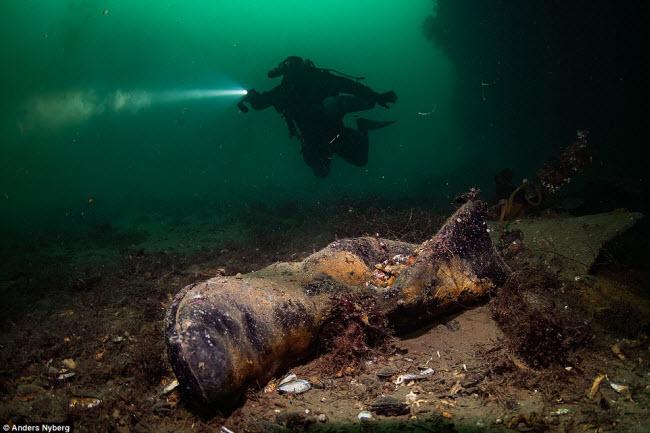 """""""Nín thở"""" đột nhập xác tàu đắm dưới đáy biển sâu - 8"""