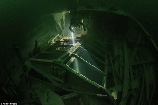 """""""Nín thở"""" đột nhập xác tàu đắm dưới đáy biển sâu - 3"""