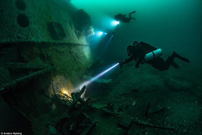 """""""Nín thở"""" đột nhập xác tàu đắm dưới đáy biển sâu - 5"""