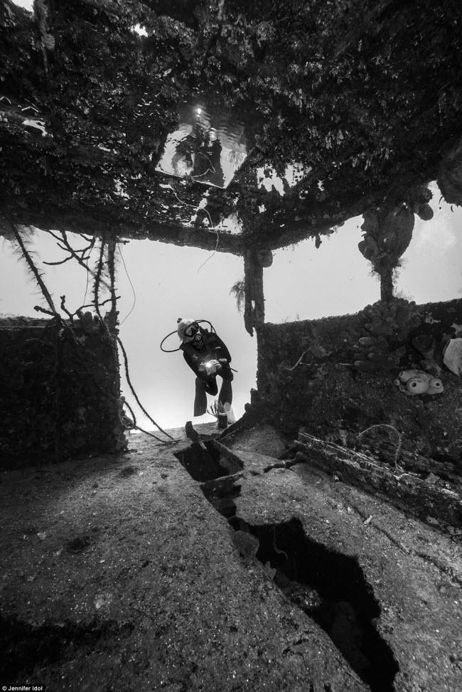 """""""Nín thở"""" đột nhập xác tàu đắm dưới đáy biển sâu - 9"""
