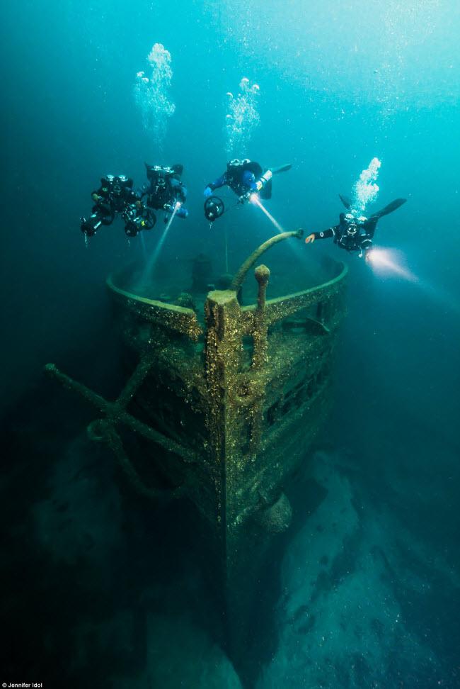 """""""Nín thở"""" đột nhập xác tàu đắm dưới đáy biển sâu - 11"""