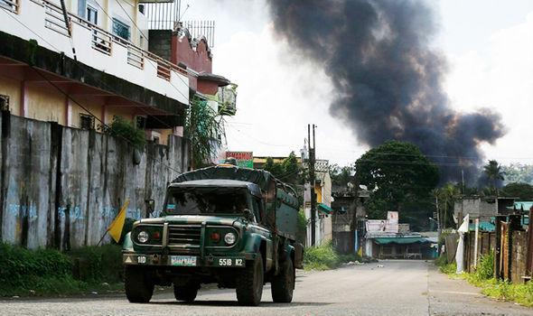 Ông Duterte hạ lệnh nghiền nát khủng bố IS ở Marawi - 3
