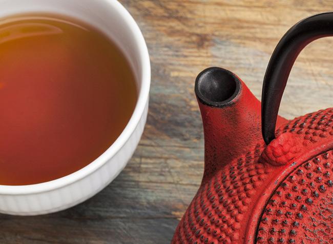 """1. Trà nhân sâm. Các chuyên gia đưa ra lời khuyên cho quý ông nên uống 1 tách trà nhân sâm mỗi tối trước khi đi ngủ. Đồ uống này chứa hợp chất làm tăng cảm giác thỏa mãn khi """"yêu"""", giúp ngăn ngừa hoặc giảm tình trạng rối loạn chức năng cương dương."""