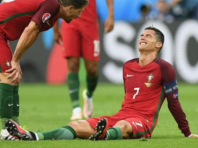 Ronaldo cày ải, Messi thảnh thơi: Coi chừng hụt hơi, CR7!