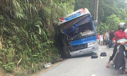 Xe chở hơn 40 học sinh đâm vào vách núi, 5 người thương vong - 1