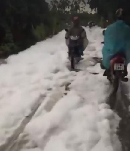 """Xuất hiện """"con đường tuyết trắng"""" sau trận mưa lớn ở Hà Nội - 1"""