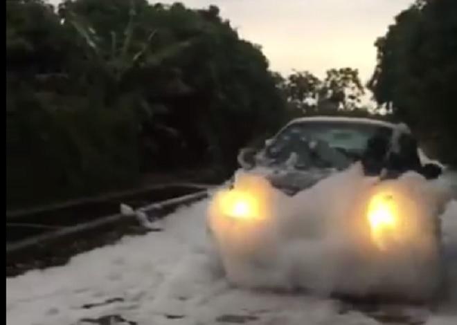 """Xuất hiện """"con đường tuyết trắng"""" sau trận mưa lớn ở Hà Nội - 2"""