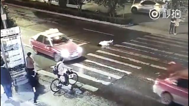 Cô gái bị ô tô đâm không ai buồn giúp, bị ô tô đâm lần nữa - 1