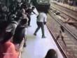 Khoảnh khắc kinh hoàng cô gái bị đoàn tàu đâm ở Ấn Độ