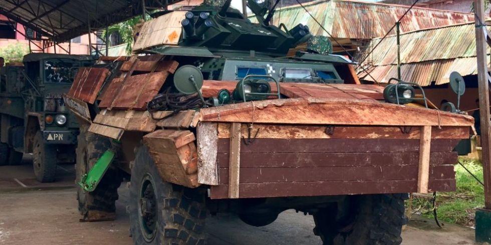 Xe bọc thép Philippnes dùng gỗ, bìa các tông chống đạn IS - 1