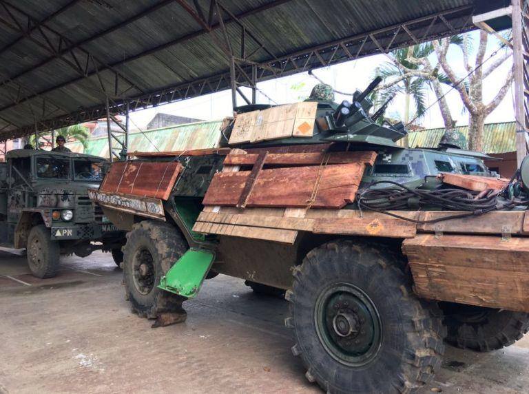 Xe bọc thép Philippnes dùng gỗ, bìa các tông chống đạn IS - 3
