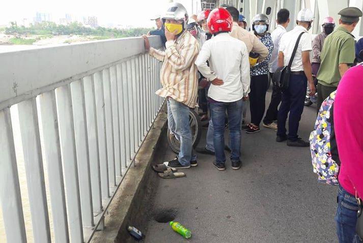 Nam thanh niên uống thuốc lạ rồi nhảy xuống sông Hồng - 1